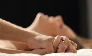 אישה וגבר במיטה (צילום: shutterstock | Antonio Guillem)