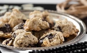 עוגיות שקדים מדופדפים ושוקולד צ'יפס מוכנות (צילום: עידית בן עוליאל, בייקרי)