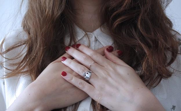 לב, מחזיקה את החזה (צילום: giulia-bertelli-unsplash)
