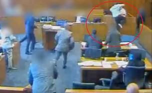 ריב בבית המשפט (צילום: youtube | Charlotte Alerts)