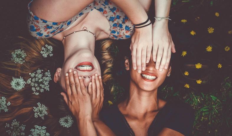 מחייכות (צילום: sam-manns-unsplash)