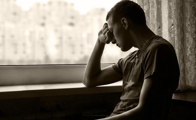 נער עצוב (צילום: ArtMari, Shutterstock)