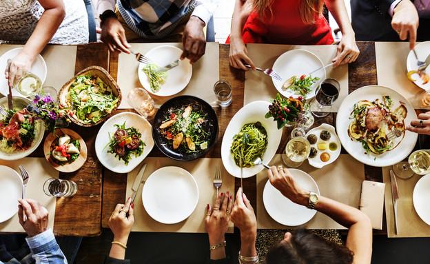 שולחן ארוחת חג (צילום: shutterstock)