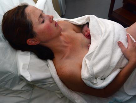 אמא מחזיקה תינוק לאחר לידה (אילוסטרציה: shutterlk, shutterstock)