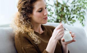אישה אוכלת יוגורט (צילום: kateafter | Shutterstock.com )