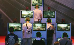 גיימרים משחקים ב-Xbox בתערוכה בקלן (צילום: Juergen Schwarz, Getty Images)