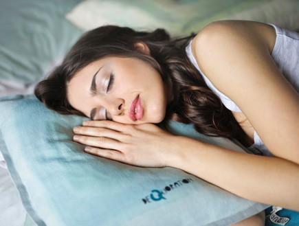 אישה ישנה (צילום: bruce mars on unsplash)