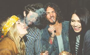 חבר'ה מעשנים (צילום: shutterstock)