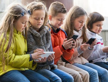 ילדים משחקים בסמארטפון