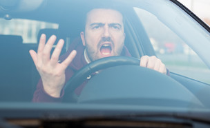 גבר צועק באוטו (צילום: tommaso79, Shutterstock)