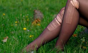 אישה לובשת גרבונים קרועים (צילום: שאטרסטוק)