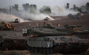 """טנקים של צה""""ל בגבול הרצועה (צילום: רויטרס)"""