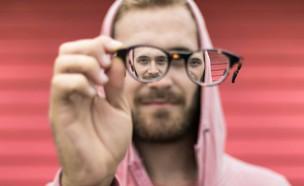 גבר עם משקפיים (צילום: unsplash)
