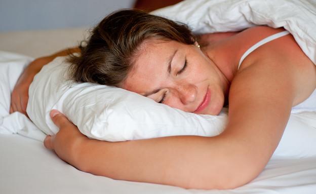 אישה ישנה על הבטן (צילום: By Dafna A.meron, shutterstock)