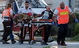 פינוי הפצועים מהפיגוע (צילום: רויטרס)