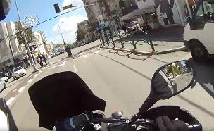כך נראה מרדף אחר רוכב אופנוע מקסדת השוטר (צילום: דוברות המשטרה)
