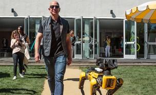ג'ף בזוס והכלב הרובוטי SpotMini (צילום: יחסי ציבור, טוויטר)