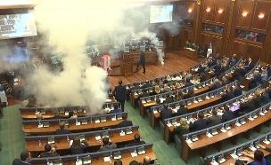 צפו: רימון גז הושלך בפרלמנט בקוסובו (צילום: AP)