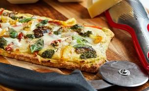 פיצה ללא גלוטן עם קרם פולנטה ופסטו (צילום: אמיר מנחם, אוכל טוב)