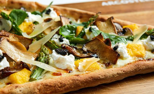 פיצה ללא גלוטן עם רוטב שמנת, פולטנה, אספרגוס וכמהי (צילום: אמיר מנחם, אוכל טוב)