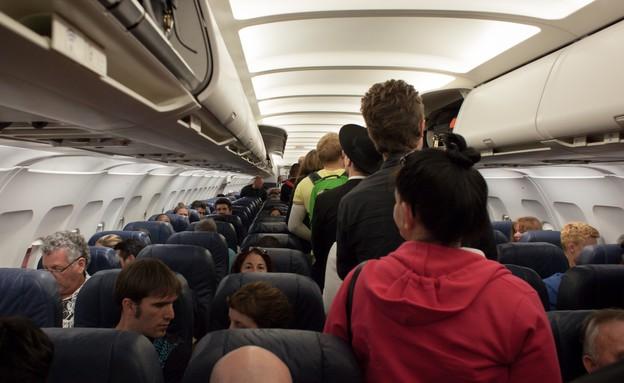 אנשים במטוס (צילום: unsplash)