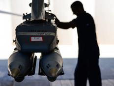 טכנאי ופצצה (צילום: הגר עמיבר, בטאון חיל האוויר)