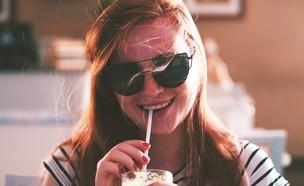 אישה שותה מקשית (צילום: unsplash-Vinicius Amano)