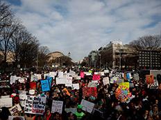 """צעדה נגד כלי נשק בארה""""ב, היום (צילום: רויטרס)"""
