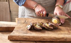 גלילת בשר ממולאת ביצים קשות יא אמנא (צילום: יסמין ואריה צלמים, יא אמנא - מטבח תוניסאי משפחתי, לאנצ'בוקס)