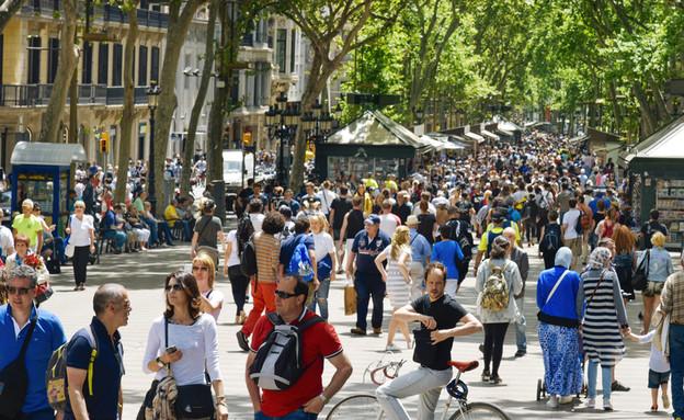 תיירים בברצלונה (צילום: nito, shutterstock)
