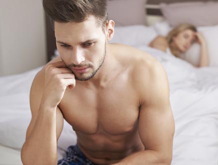 גבר במיטה עם אישה (צילום: אימג'בנק / Thinkstock)