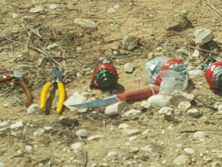 אמצעי הלחימה שנמצאו (צילום: דוברות המשטרה)