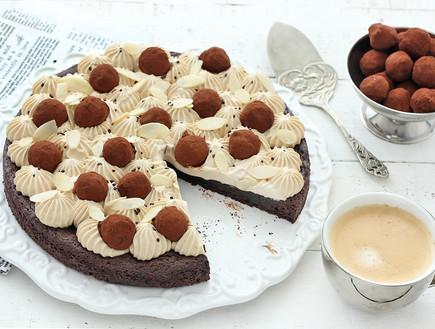 עוגת בראוניז חגיגית עם קפה, שקדים וטראפלס