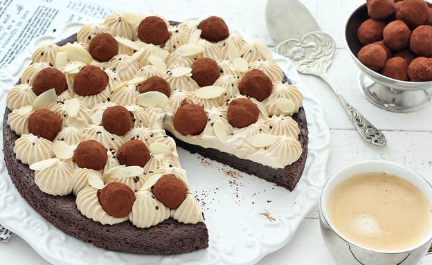 עוגת בראוניז חגיגית עם קפה, שקדים וטראפלס (צילום: ענבל לביא, אוכל טוב)