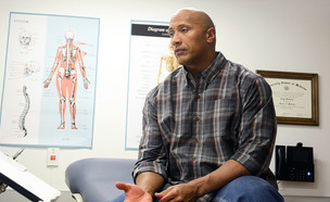 דה רוק במרפאה (צילום: Becky Vu/NBC/Getty)