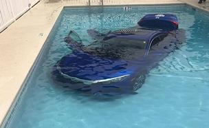 הרכב צנח לתחתית הבריכה (צילום: sky news)