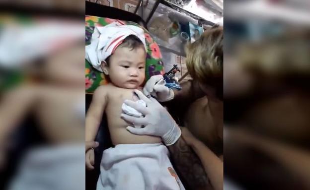 תינוק עושה קעקוע (צילום: Facebook/Tin_Tức_Hàng_Ngày)