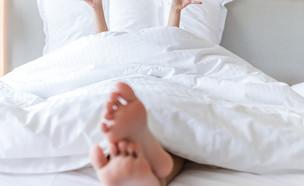 איש במיטה (צילום: שאטרסטוק)