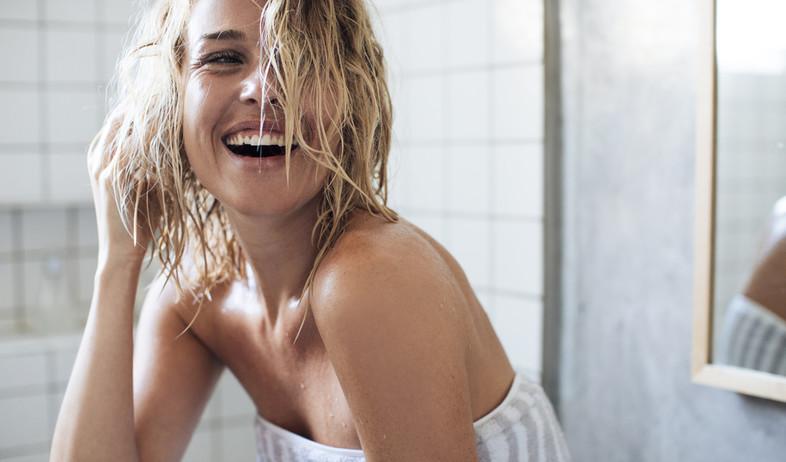 אישה עם שיער רטוב (צילום: shutterstock)