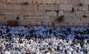 ברכת הכוהנים. אלפים הגיעו לכותל (צילום: פלאש 90 יונתן סינדלר)