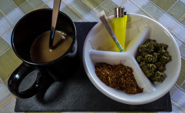 קנאביס וקפה (צילום: shutterstock | Kemedo)