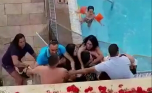 האלימות על שפת הבריכה (צילום: מתוך תיעוד שפורסם ברשתות החברתיות והופץ בווטססאפ)