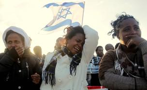 מבקשות מקלט אפריקאיות בהפגנה ליד מתקן חולות (צילום: פלאש 90)