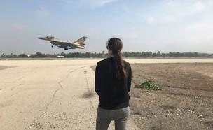 מסתכלת על מטוס קרב (צילום: עובדה)