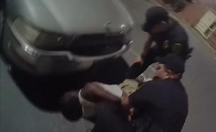 """תיעוד בארה""""ב: שוטר מכה גבר שחור (צילום: רויטרס)"""