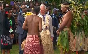 הנסיך הבריטי בחצאית קש בוונואטו. צפו (צילום: רויטרס)