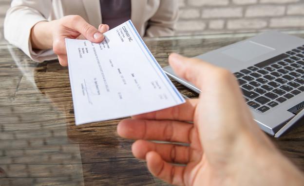בוס מוסר צ'ק משכורת (צילום: kateafter | Shutterstock.com )