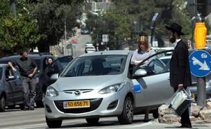 אישה וגבר חרדי עומדים בצפירת יום הזיכרון בירושלים  (צילום: יוסי זמיר, פלאש 90)