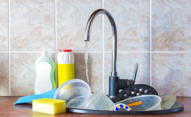כלים בכיור (צילום: שאטרסטוק)