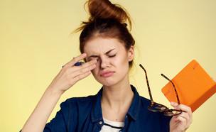 אישה משפשפת את העיניים (צילום: By Dafna A.meron, shutterstock)